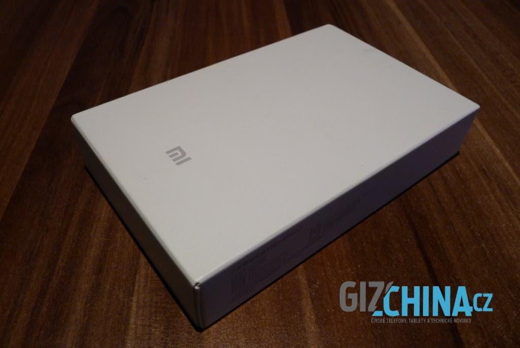 Biela krabička a logo. V jednoduchosti je krása.