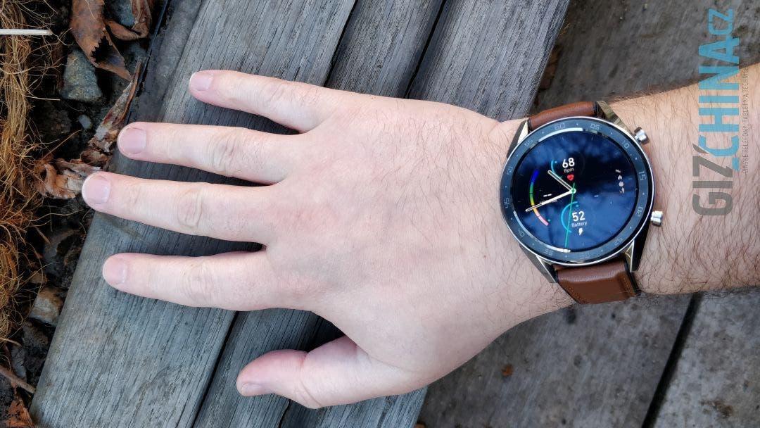 Na ruce jsou Huawei Watch GT poměrně velké