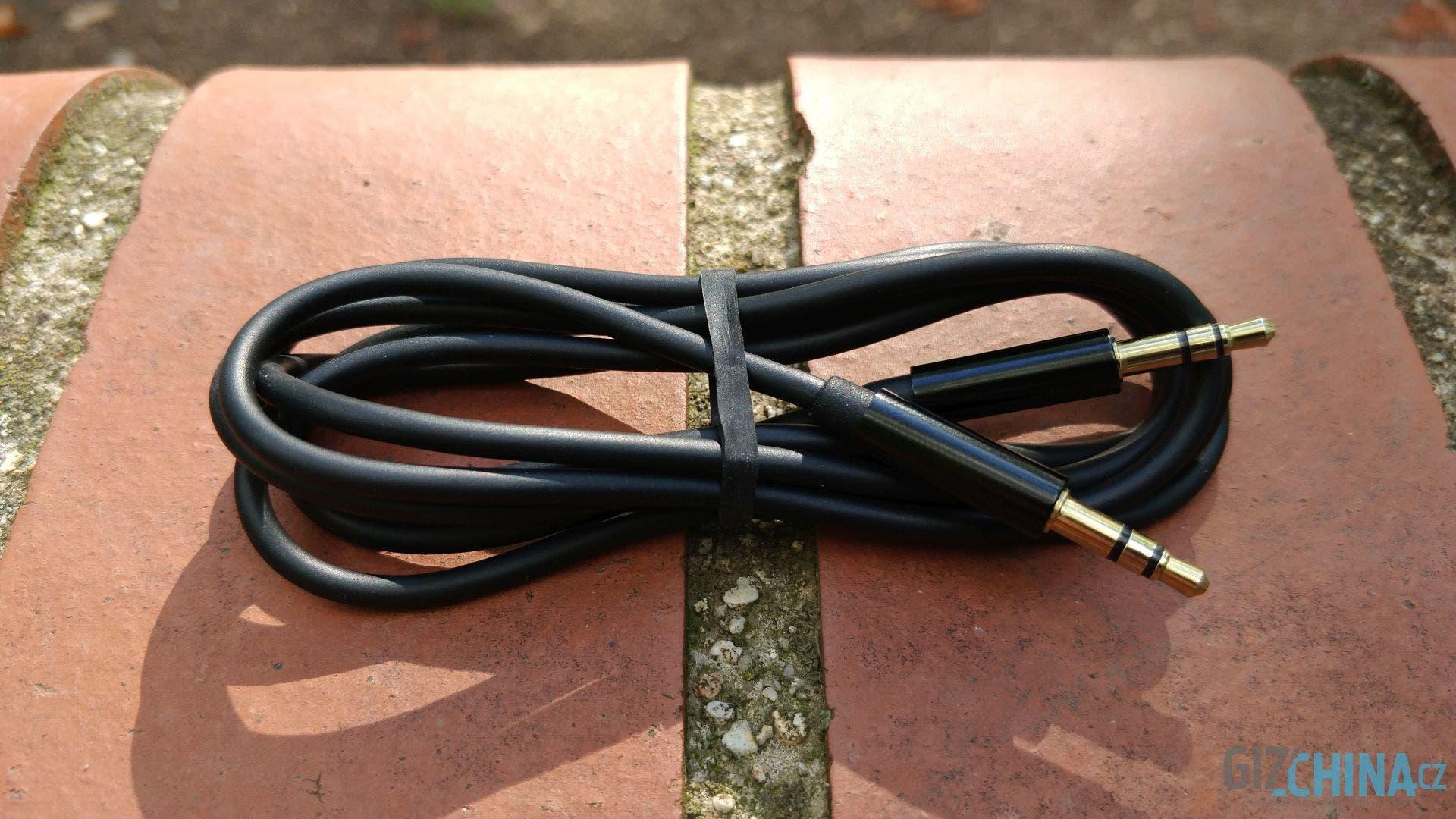 Pevný a tuhý. To nejsou ideální vlastnosti kabelu u sluchátek.