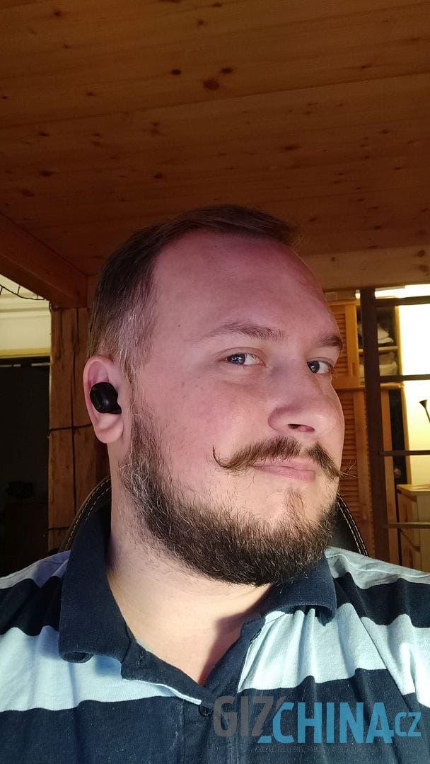 Sluchátka nevystupují příliš z uší
