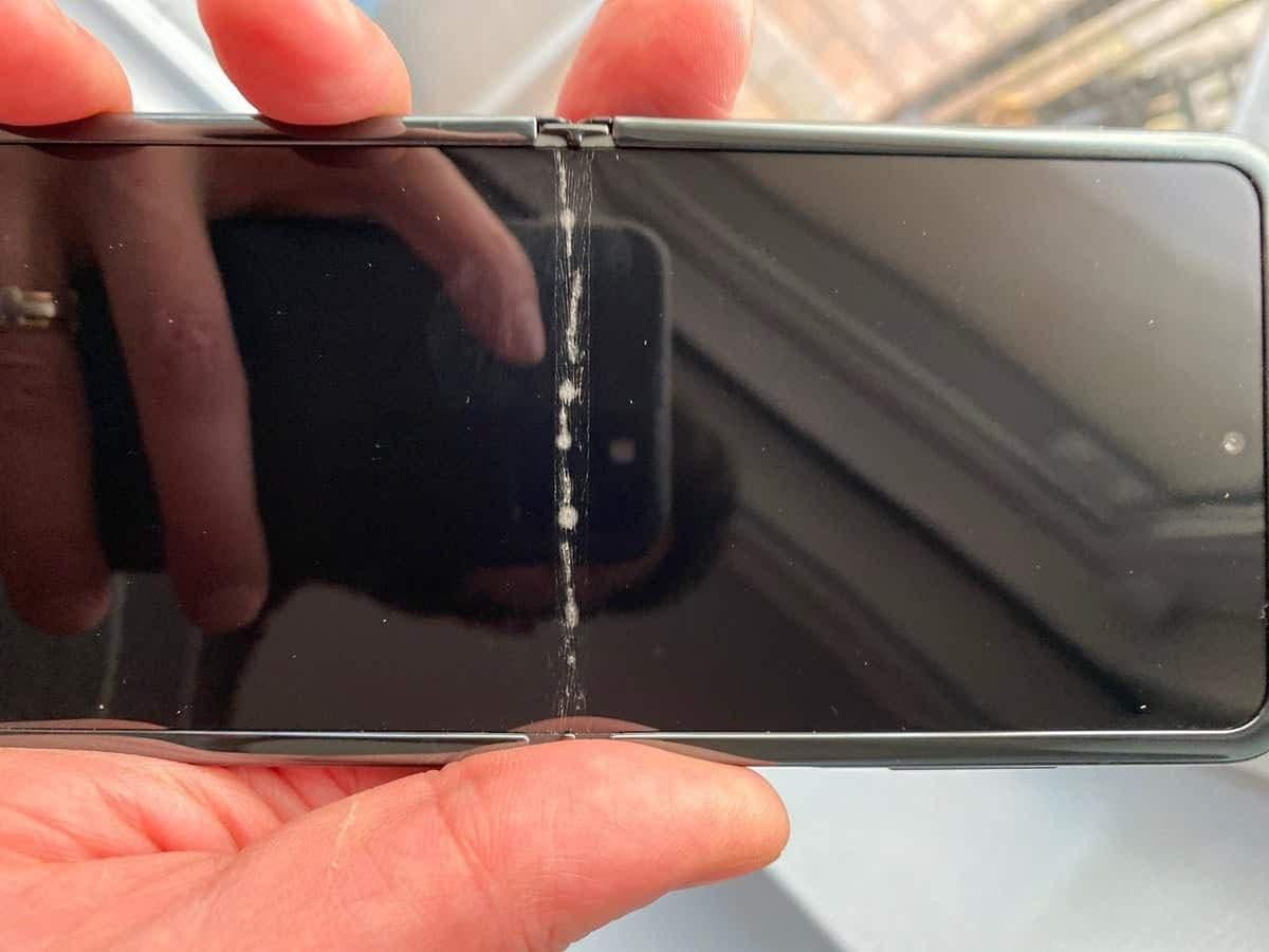 prasklý Samsung Galaxy Z Flip